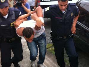 Suspeito de matar casal é levado para delegacia (Foto: Kléber Tomaz/G1)