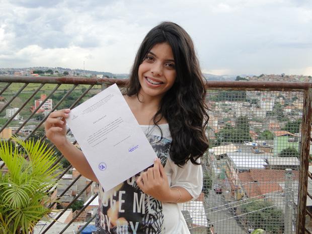 Lorena Aguiar Ribeiro, de 13 anos, exibe certificado de aprovação no vestibular (Foto: Raquel Freitas/ G1)