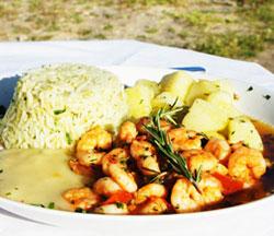 Camarão com purê de macaxeira é opção para almoço (Foto: Inaê Teles)