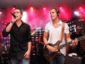 Os filhos de Bell Marques, Rafa e Pipo, da banda Oito7Nove4 podem participar do show deste sábado em Fortaleza (Foto: Uran Rodrigues/Divulgação)
