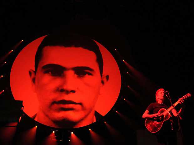 A imagem de Jean Charles de Menezes é exibida no telão durante a canção 'Mother': brasileiro foi homenageado também no Rio (Foto: Alexandre Durão/G1)