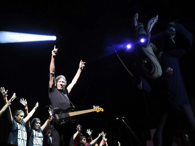 Roger Waters canta com crianças da Escola de Música da Rocinha no hit 'Another brick in the wall, pt. 2' (Foto: Alexandre Durão/G1)