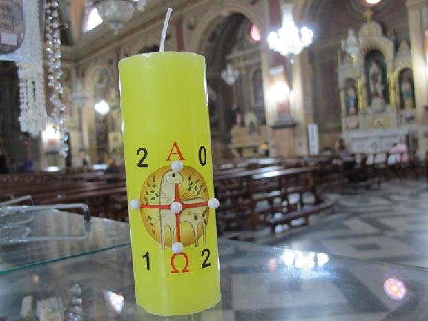 Vela Sírio Pascal vendida para os fiéis usarem durante a missa do sábado santo (Foto: Victória Brotto/G1)