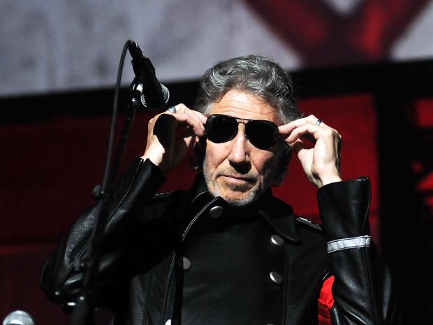 Waters veste seu figurino de 'ditador' durante apresentação no Rio; músico levou cerca de 50 mil pessoas ao Estádio do Engenhão nesta quinta (29) (Foto: Alexandre Durão/G1)