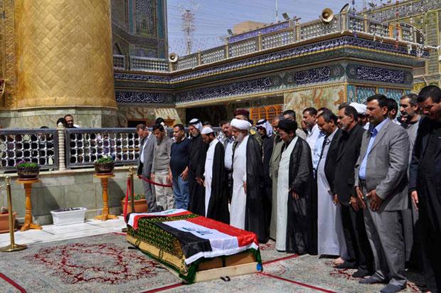 Caixão de Shaima Alawadi é visto durante cerimônia em mesquita de Najaf neste sábado (31) (Foto: Reuters/Stringer)