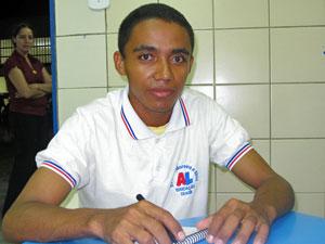 Edmilson pisou em uma escola pela primeira vez quando tinha 16 anos (Foto: Vanessa Fajardo/ G1)