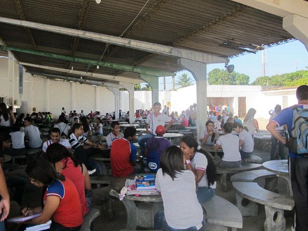 Alunos da escola Julieta Ramos assistem às aulas em clube; atividades ocorrem dentro das tendas (Foto: Vanessa Fajardo/ G1)