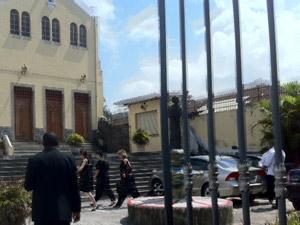 Malga di Paula chega à igreja para a missa (Foto: Alba Valéria Mendonça/G1)