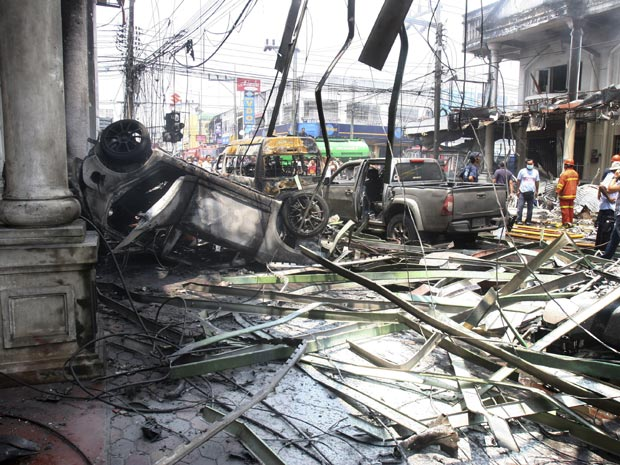 Destroços da explosão em Yala, no sul da Tailândia (Foto: AP Photo/Sumeth Panpetch)