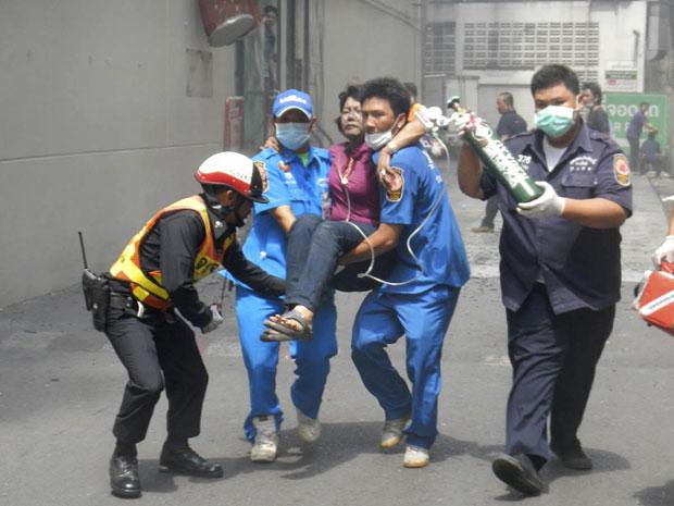 Mulher é socorrida após atentado em Hat Yai, na Tailândia (Foto: Reuters/Stringer)