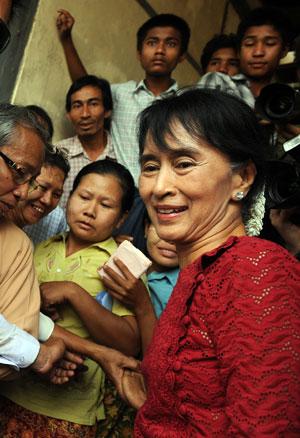Suu Kyi é cercada por apoiadores durante votação em Kawhmu neste domingo (1º) (Foto: Christophe Archambault/AFP)