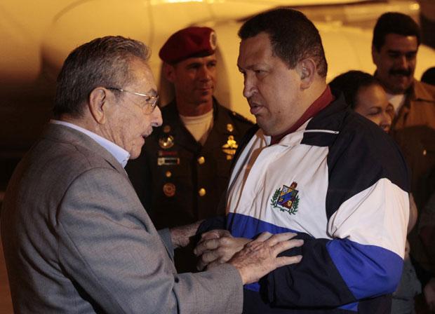 Hugo Chávez (dir.) é recebido pelo presidente cubano, Raúl Castro, no aeroporto de Havana (Foto: Reuters/Palácio Miraflores)