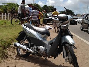 Moto foi um dos veículos envolvidos no acidente (Foto: Walter Paparazzo/G1)