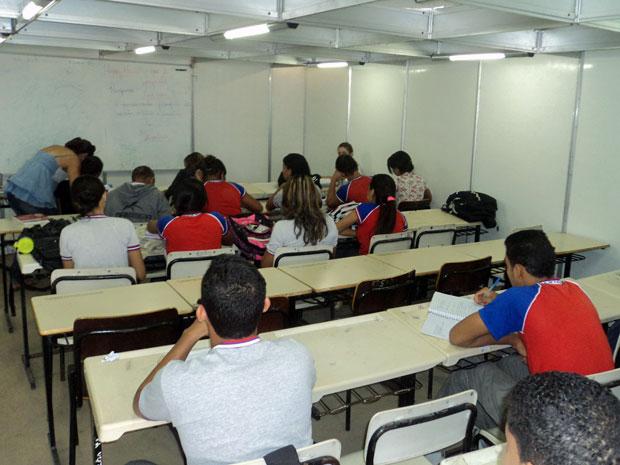 Alunos assistem às aulas nos contêineres com ar-condicionado (Foto: Escola Julieta Ramos/ Divulgação)