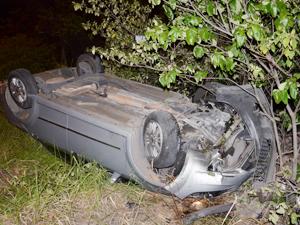 Carro usado pelo governo da Paraíba capotou várias vezes antes de bater em árvore, de acordo com a polícia (Foto: Walter Paparazzo/G1 PB)