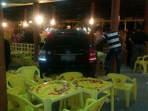 Carro invade Bar Coqueiral em Aracaju (Foto: Carlito)
