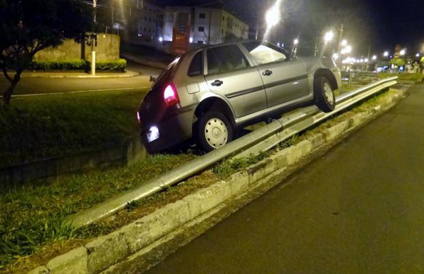 Carro fica pendurado por uma roda e quase cai em córrego de São Carlos (Foto: Thiago Caporasso)