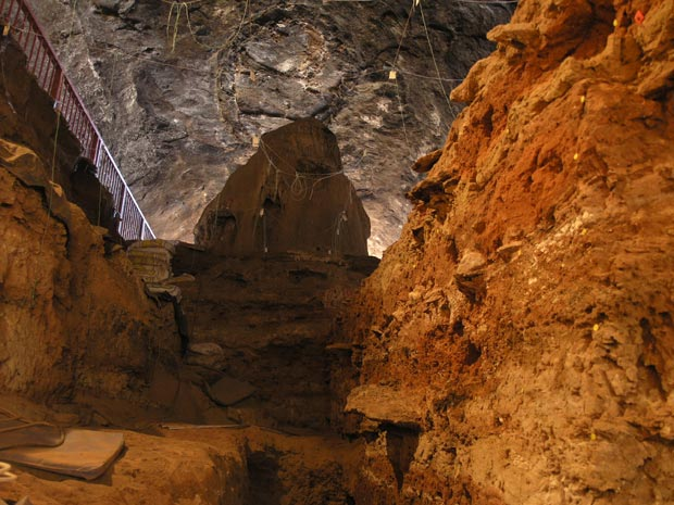 Fundo da caverna Wonderwerk (Foto: R. Yates/Divulgação)