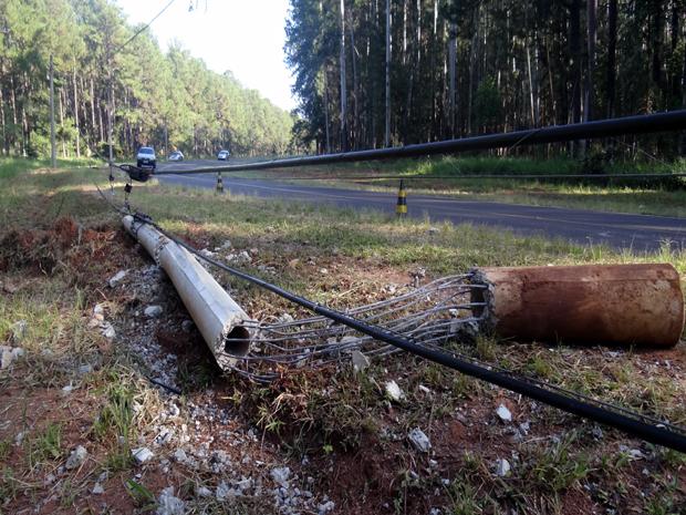 Homem morre após carro bater em poste de estrada de Itirapina, SP (Foto: Luciano Lópes)