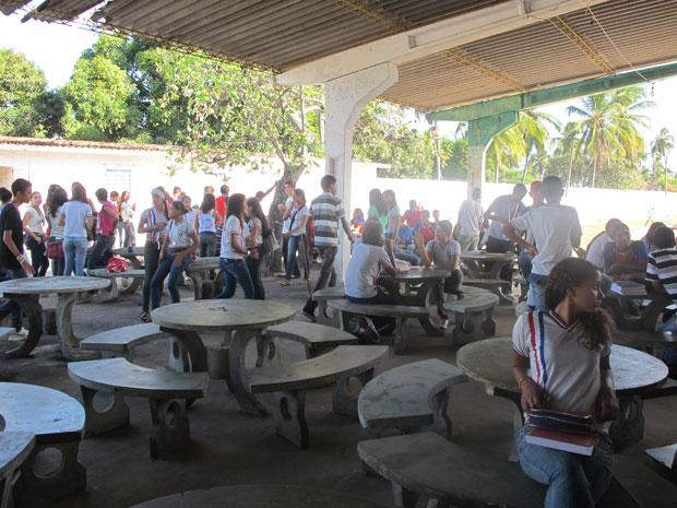 Alunos da escola Julieta Ramos estão tendo aulas em um clube de Paripueira (AL) (Foto: Vanessa Fajardo/G1)