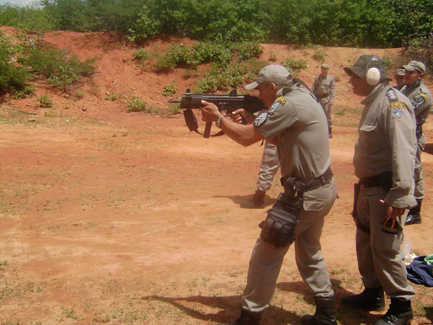 No stand para prática de tiros montado em Cajazeiras, os policiais usaram as novas armas adquiridas pela Polícia Militar da Paraíba, entre elas, espingarda CBC Pump modelo 586.2, calibre 12 G e da submetralhadora Taurus SMT 40, calibre .40 SW. Policiais da 2ª Companhia, em São João do Rio do Peixe, 3ª Companhia, em São José de Piranhas, 4ª Companhia, em Uiraúna, todas no sertão da Paraíba, também participaram do treinamento. (Foto: Divulgação/Polícia Militar)