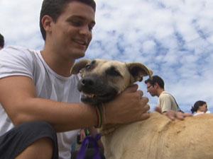 Calouros de medicina veterinária da UnB participaram de trote do bem neste domingo (1º) (Foto: Reprodução/TV Globo)