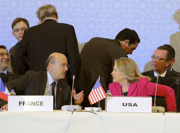 Hillary conversa com o ministro de Relações Exteriores francês, Alain Juppé, durante encontro em Istambul (Foto: AP)