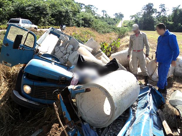 Motorista teria tentado escapar de buraco e tombou veículo fora da pista. (Foto: Divulgação/Bombeiros)