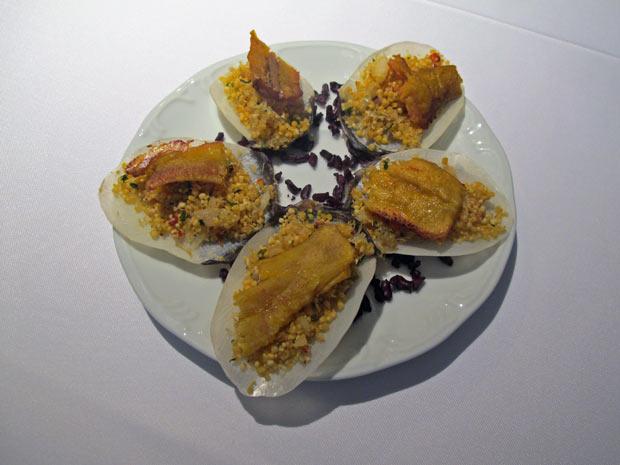 Canapé com farofa de Uarini, pirarucu desfiado e pacovan na escama do peixe. Bacalhau do pescado amazônico pode ser empregado em pratos tradicionais. (Foto: Eduardo Carvalho/G1)