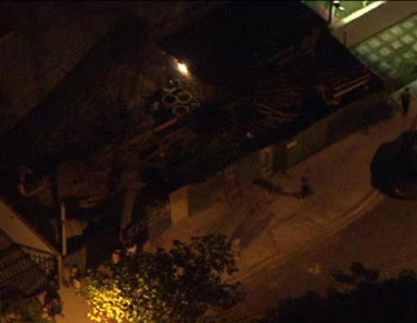Bombeiros trabalham em resgate no Recreio (Foto: Reprodução/TV Globo)