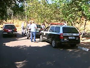 Polícia Civil realiza perícia em local onde criança e homem foram baleados em São Simão (Foto: Reprodução EPTV)