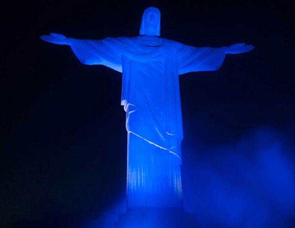 Cristo fica azul para o Dia Mundial da Conscientização do Autismo (Foto: Celso Pupo/Foto Arena/AE)