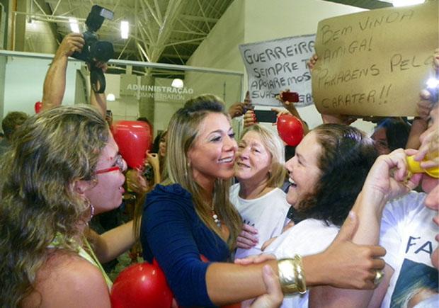 A ex-BBB Fabiana Teixeira foi recepcionada por multidão no Aeroporto Leite Lopes, em Ribeirão Preto (Foto: Daniela Rezende/ Globo.com)