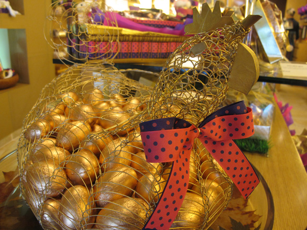 Porta-ovos na forma de galiha é feita por artesãos  (Foto: Letícia Macedo)
