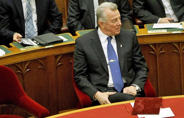 Pal Schmitt antes de se pronunciar no Parlamento húngaro, em Budapeste, nesta segunda (2) (Foto: Bernadett Szabo/Reuters)