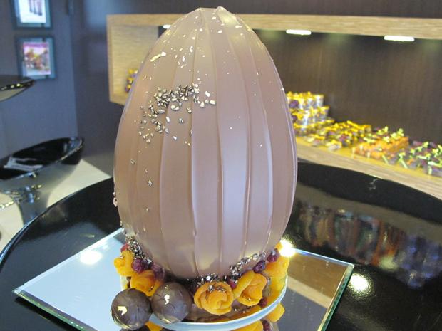 Chef coloca pitada de ouro em flocos em ovo de chocolate ao leite (Foto: Letícia Macedo/ G1)