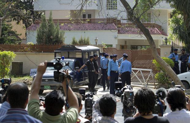 Policiais paquistaneses cercam área onde a família de Osama bin Laden está sendo detida, em Islamabad (Foto: AP)