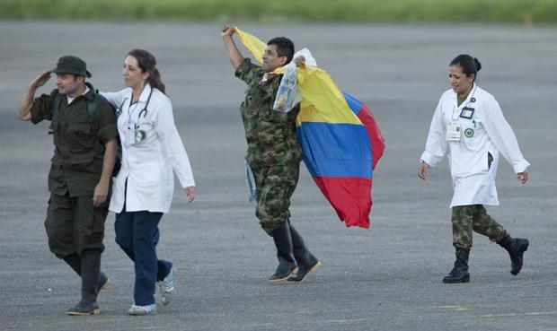 O ex-sargento do Exército Luis Alfredo Moreno, carrega uma bandeira da Colômbia ao chegar a Villavicencio, nesta segunda (2) (Foto: Fernando Vergar / AP)