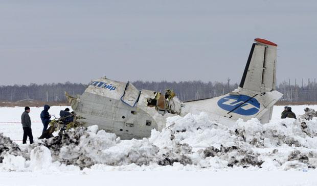 Avião russo caiu na Sibéria com 43 pessoas a bordo; a causa da queda é desconhecida (Foto: Marat Gubaydullin/AP)