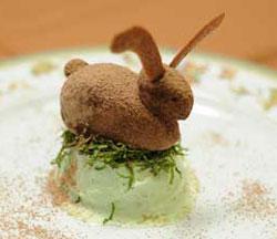 Aprenda a fazer trufas de chocolate em formato de coelho (Foto: Raul Zito/G1)