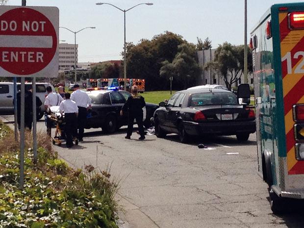 Imagem feita com câmera de celular mostra a polícia cercando o prédio da escola onde houve tiroteiro em Oakland, na Califórnia (Foto: San Francisco Chronicle, Demian Bulwa / AP)