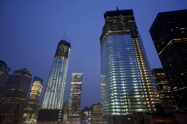 Vista do One World Trade Center (à esq), que chegou ao 100º andar, e a torre quatro (à dir), obra do complexo ainda em construção (Foto: Mark Lennihan / AP)