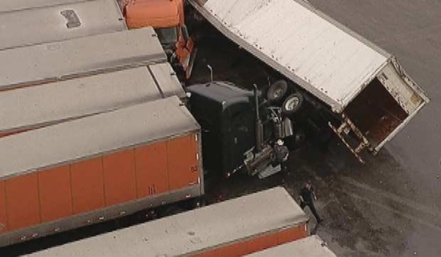 Imagem de TV local mostra caminhão virado por tornado em Lancaster, no Texas, nesta terça-feira (3) (Foto: AP)