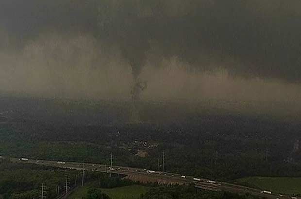 Vídeo mostra tornado na região metropolitana de Dallas-Fort Worth nesta terça-feira (3) (Foto: Reuters)