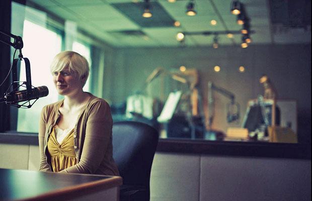 Autorretrato da fotógrafa. Amy nasceu cega por causa do albinismo, mas passou por tratamentos médicos que a levaram a enxergar algumas cores, formas e sombras.  (Foto: Amy Hildebrand/BBC)