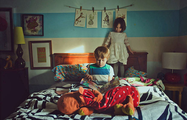 Muitas das fotografias de Amy retratam o seu ambiente familiar. As duas crianças da imagem são seus filhos (Foto: Amy Hildebrand/BBC)