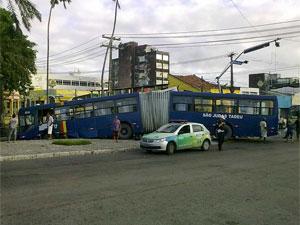 Ônibus so pararam no lago da Praça Sérgio Loreto. (Foto: Jaelson Filho / Globo Nordeste)