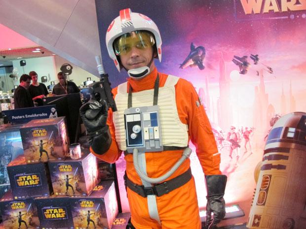 Fã vestido de piloto rebelde esteve em lançamento de 'Kinect Star Wars' (Foto: Gustavo Petró/G1)