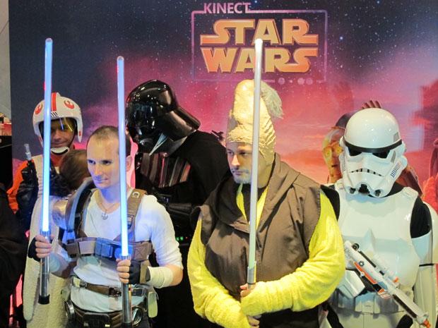 Fãs vestidos de Jedi, Darth Vader e piloto rebelde posam para fotos em lançamento de game (Foto: Gustavo Petró/G1)