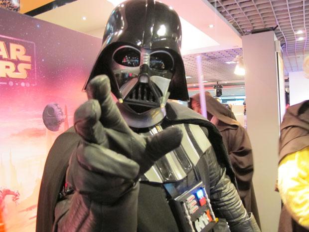 Fã vestido de Darth Vader participa de lançamento de 'Kinect Star Wars' em São Paulo (Foto: Gustavo Petró/G1)